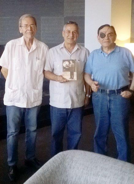 Walter Martínez y Rolando Rodríguez, con Juan Rodríguez Cabrera, Presidente del Instituto Cubano del Libro.