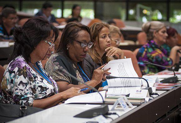 Debate en comisiones de la Asamblea Nacional. Foto: Irene Pérez/ Cubadebate.