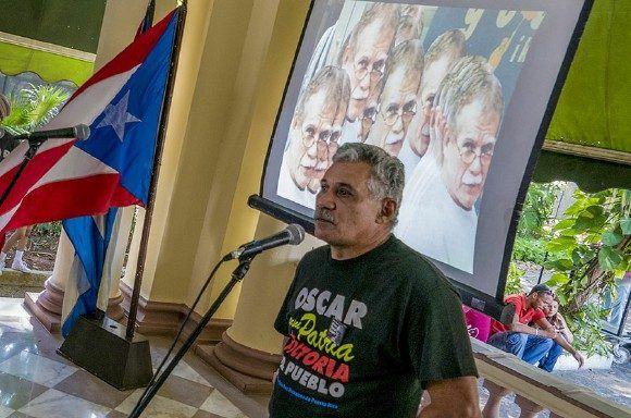 Edwin González Vazquez, delegado de la misión de Puerto Rico en La Habana, celebra la liberación del patriota puertoriqueño. Foto: Ismael Francisco/ Cubadebate.
