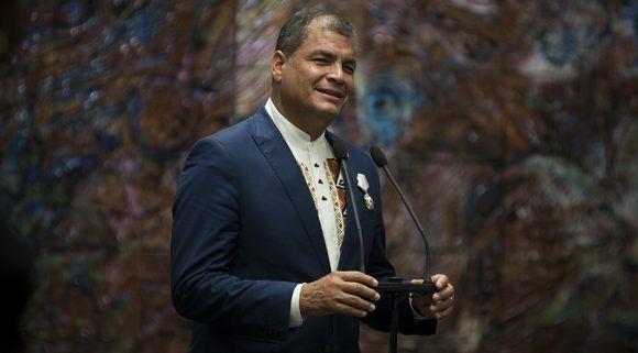 Rafael Correa durante sus palabras de agradecimiento tras recibir la Orden josé Martí. Foto: Irene Pérez/ Cubadebate.