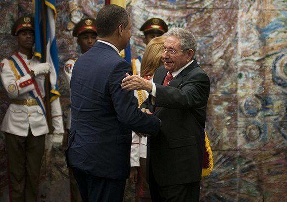 El presidente cubano Raúl Castro impuso a Rafael Correa recibe la Orden José Martí de manos de Raúl Castro. Foto: Irene Pérez/ Cubadebate.