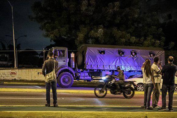 Autoridades vigilan este martes los alrededores de la sede del Tribunal Supremo en Caracas. Foto: EFE.