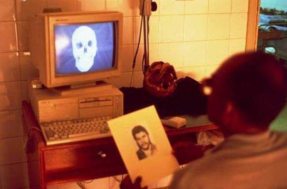El antropólogo forense Héctor Soto mientras laboraba en la identificación de los restos del Che en el Hospital Japonés, ubicado en Santa Cruz de la Sierra.