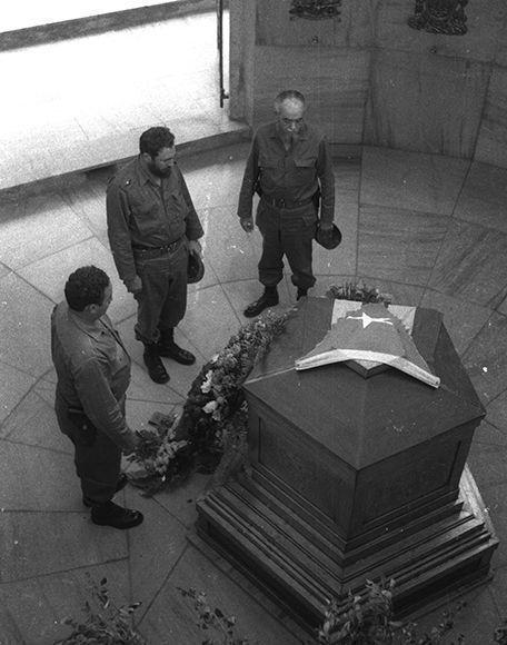Fidel en el Cementerio de Santa Ifigenia, dentro del Mausoleo de Martí el 27 de julio de 1964. Fotografía tomada por Liborio Noval. Cortesía de Víctor Aguilera.