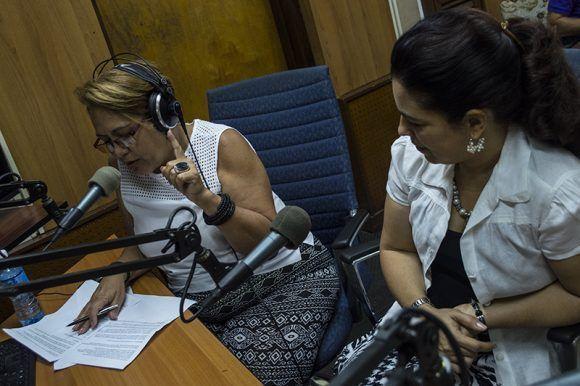 Arleen lee una de las cartas que Gerardo envió a Adriana cuando se encontraba prisionero en una cárcel de Estados Unidos. Foto: L Eduardo Domínguez/ Cubadebate.