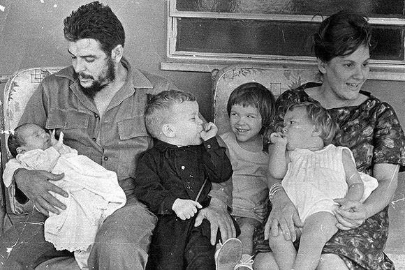 Ernesto Guevara junto a su esposa Aleida March y sus hijos. Foto: Cortesía Centro de Estudios Ernesto Guevara.