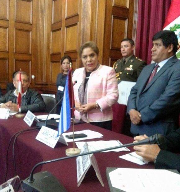 La presidenta del Congreso de la República de Perú, Luz Salgado Rubianes, agradece la labor de los médicos cubanos internacionalistas. Foto: Enmanuel Vigil/ Facebook.