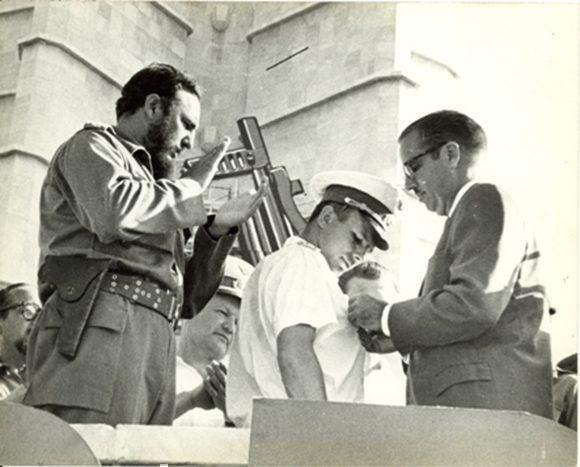 El presidente Osvaldo Dorticós le otorga a Yuri Gagarin la más alta condecoración cubana existente hasta ese momento: la Orden Nacional Playa Girón, 26 de julio de 1961. Foto: Sitio Fidel Soldado de las Ideas