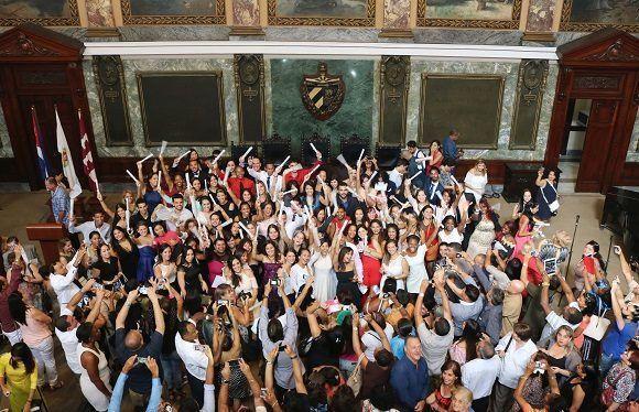 Cada una de las ceremonias culminó con la realización de la fotografía oficial de graduación, que consta como recuerdo en las memorias de la Universidad de La Habana del curso que culmina. Foto: Darío Gabriel Sánchez García.