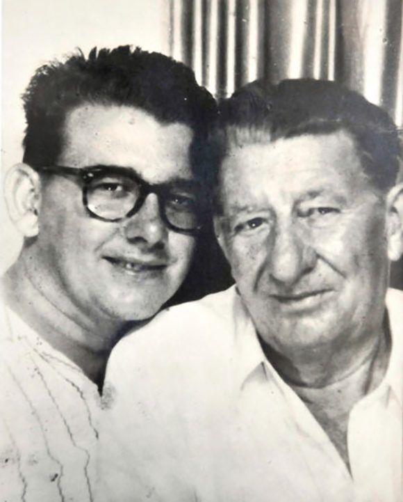 Benigno, el patriarca de la familia, junto a su hijo Abel. Fotocopia Ramón Barreras. Cortesía Museo Casa Natal Abel Santamaría/ vía Vanguardia.