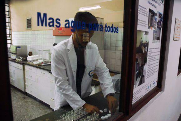 """Estudiantes y profesores de la Universidad Tecnológica de La Habana tributan a este resultado del proyecto """"Más agua para todos"""". Foto: Fidel Alejandro Rodríguez/ Cubadebate."""