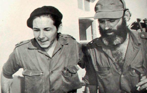 El comandante del Ejército Rebelde Aldo Santamaría al lado de Raúl Castro. Foto tomada el 1ro de enero de 1959 en el cuartel Moncada. Fotocopia Ramón Barreras. Cortesía Museo Casa Natal Abel Santamaría/ vía Vanguardia.