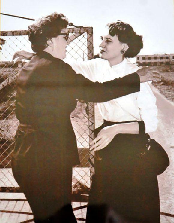 Joaquina abraza a su hija Haydée a la salida de la cárcel de mujeres de Guanajay, en donde la Heroína del Moncada cumplió seis meses de prisión por su participación en las acciones del 26 de julio de 1953. Fotocopia Ramón Barreras. Cortesía Museo Casa Natal Abel Santamaría/ Vanguardia.