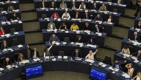 Eurodiputados emiten su voto para aprobar la Resolución Legislativa sobre el Acuerdo de Diálogo Político y Cooperación. Foto: EFE.