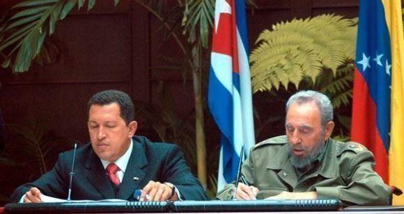 Fidel y Chávez firman el nacimiento del ALBA. Foto: Estudios Revolución.