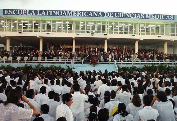Fidel en la inauguración de la ELAM. Foto: Estudios Revolución / Sitio Fidel Soldado de las Ideas