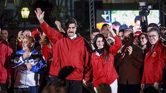 La victoria del chavismo en las elecciones para la Asamblea Nacional Constituyente resultó un duro golpe para la oposición. En la imagen, el presidente venezolano y su esposa  Cilia Flores, la noche del domingo tras la jornada electoral. Foto: ATLAS.