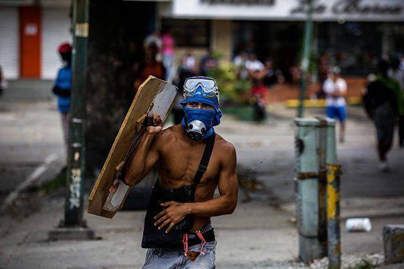 """Una de las tantas imágenes de la """"pacífica"""" oposición venezolana y el caos que genera en las calles para desestabilizar al país. Foto: EFE."""