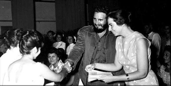 """Junto a Vilma Espín, fundadora y presidenta de este movimiento, durante la constitución de la Federación de Mujeres Cubanas, (FMC) surgida de la unidad de todas las organizaciones femeninas existentes en el país. """"Día histórico y prometedor"""", le llamó Fidel, el 23 de agosto de 1960. Foto: Instituto de Historia de Cuba/ Sitio Fidel Soldado de las Ideas"""