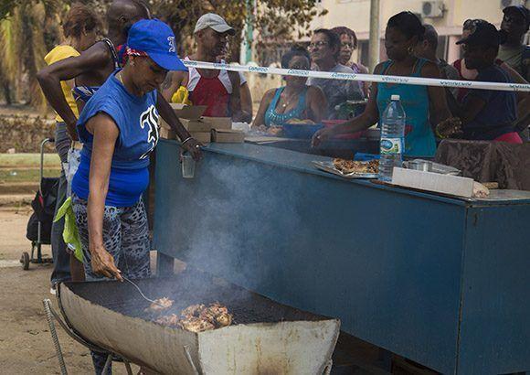 Venta de alimentos empresa gastronomía de Plaza. Foto: Jennifer Romero/ Cubadebate.