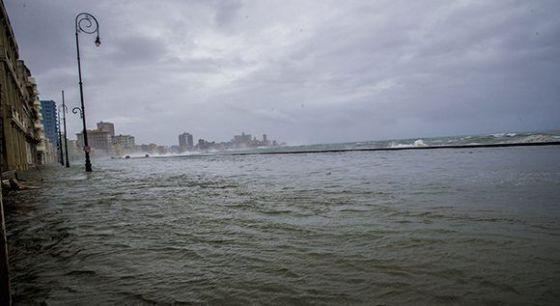 La avenida malecón totalmente inundada. Foto: Ismael Francisco/ Cubadebate.