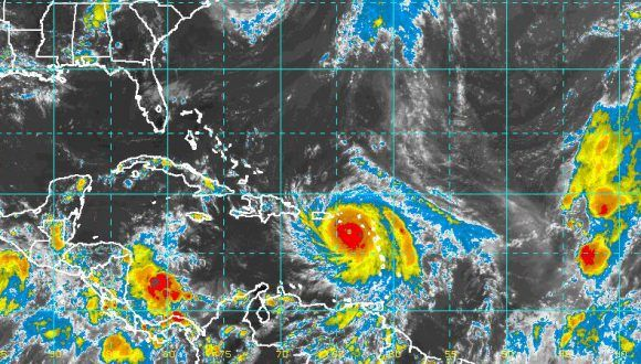 Por la trayectoria que se pronostica, comenzaría a influir sobre el extremo oriental de nuestro país desde el jueves 21 con vientos en rachas en la costa norte oriental. Imagen: NOAA, vía INSMET.