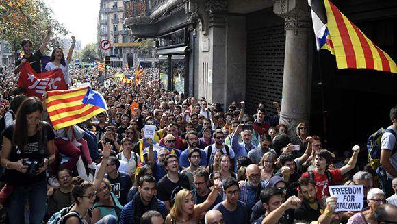 Unas 10.000 personas, según la Generalitat y unas 8.000 según la Guardia Urbana de Lleida, han participado este miércoles desde las 8 de la tarde en la concentración de protesta ante la Delegación de la Generalitat en la ciudad por la operación de la Guardia Civil contra el referéndum desplegada en Barcelona. Foto: AFP.