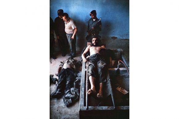 Cadáver del Che. Los cuerpos sin vida de otros dos guerrilleron yacen en el suelo. Foto: Marc Hutten / AFP
