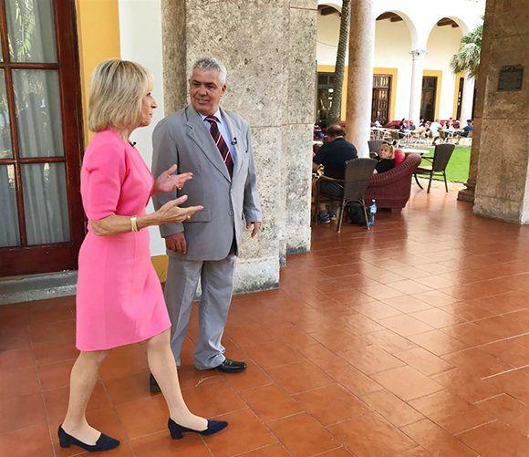 El Doctor Manuel Villar, uno de los expertos cubanos, junto a Andrea Mitchell, periodista de NBC News. Foto: NBC News.