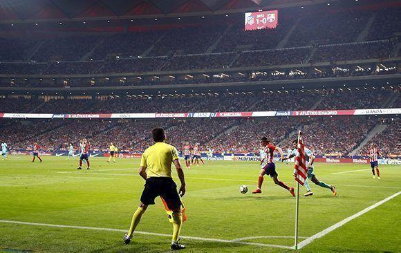 Filipe Luis saca un balón