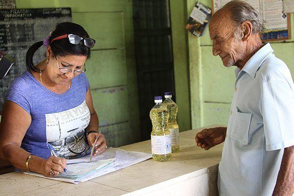 Hace justamente un año, las personas afectadas por el huracán Matthew en Guantánamo recibieron también el apoyo con alimentos, tanto del gobierno cubano como del PMA. Foto: PMA.