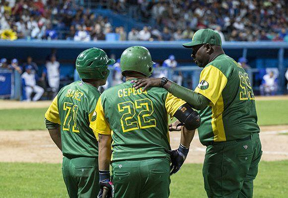 Lazo con sus refuerzos. Foto: Jennifer Romero/ Cubadebate.