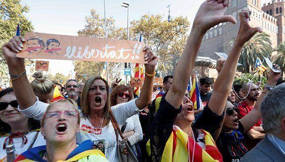 Euforia del pueblo catalán tras aprobación de la independencia en el Parlament. Foto: @teleSURtv / Twitter