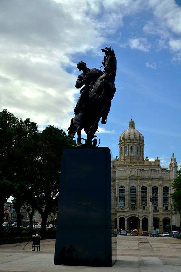 Ahora José Martí está también delante del Palacio Presidencial, actual Museo de la Revolución. Roberto Garaycoa/ Cubadebate.