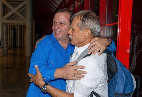 Abrazo de Héroes: Fernando González recibe en Cuba a Oscar López Rivera.