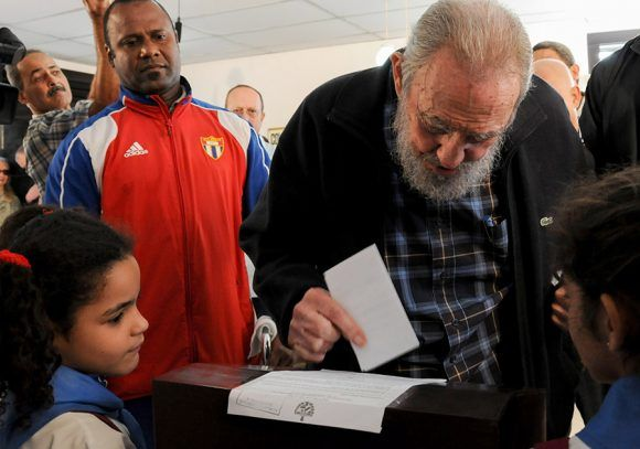 El voto del Comandante. Foto: Ismael Francisco/ Cubadebate.