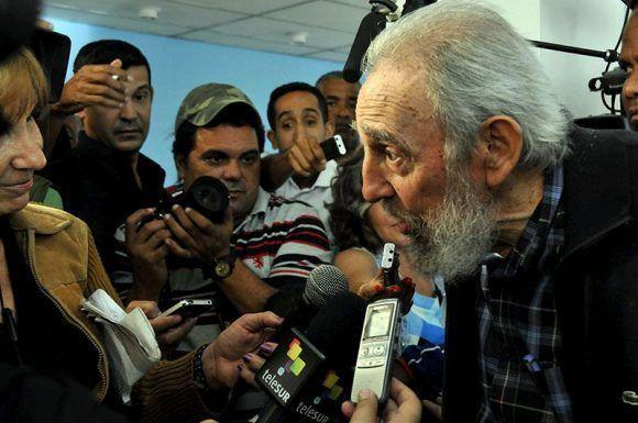 Fidel conversa con los periodistas que esperaron por su voto. En el centro de la foto está el autor de este fotorreportaje, con pullover de rayas. Foto: Jorge Luis González/ Granma.