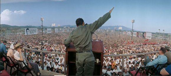Hablando al pueblo santiaguero el 26 de julio de 1967. Foto: Lee Lockwood