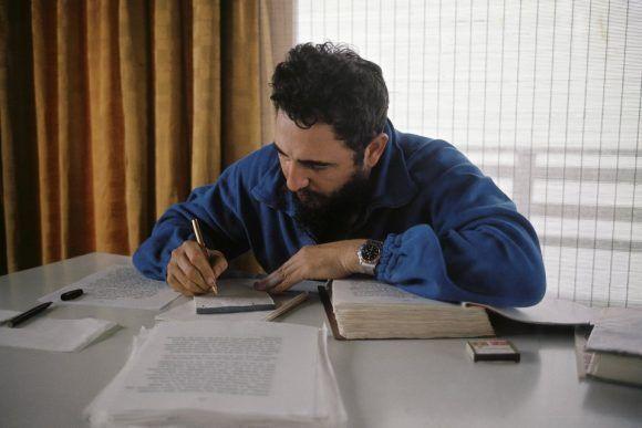 Revisando el manuscrito de la entrevista que le hiciera Locwood meses atrás. Mayo de 1966. Foto: Lee Lockwood