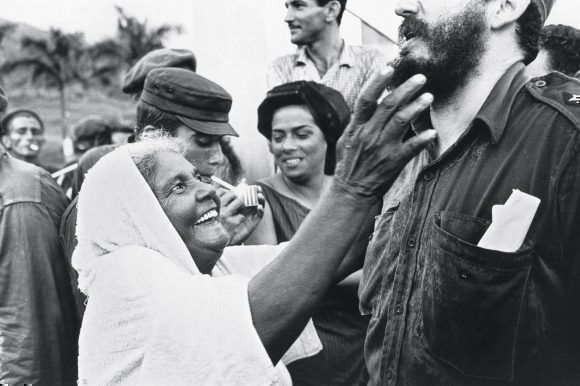 Una campesina del Uvero saluda a Fidel y le toca su barba, 1965. Foto: Lee Lockwood