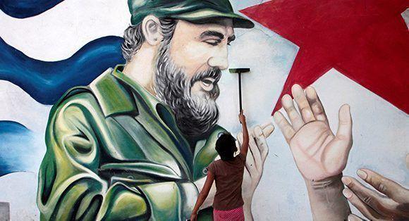 Un niño pinta un mural dedicado a Fidel. Foto: Oswaldo Rivas/ Reuters.