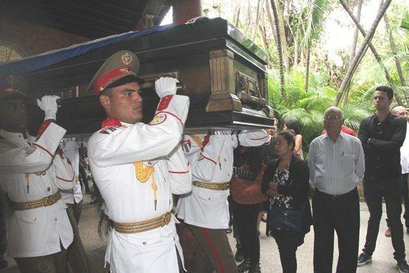 El Presidente cubano encabezó el homenaje con el que dirigentes del Partido y el Estado y numerosos representantes del pueblo, dijeron adiós al prestigioso intelectual revolucionario. Foto: Juventud Rebelde.