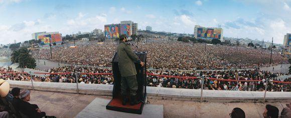 """Fidel hablando en la Plaza de la REvolución en el acto por el 9no Aniversario del Triunfo de la Revolución, 1 de enero de 1968 """"Año del Guerrillero Heroico"""". Foto: Lee Lockwood"""