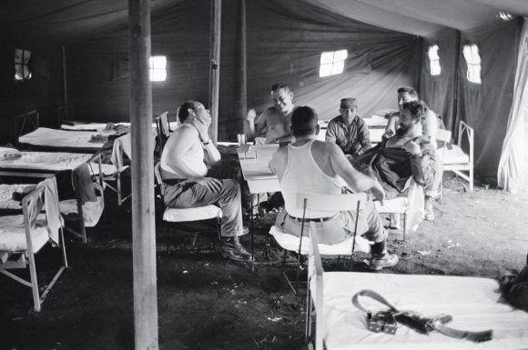 Jugando dominó en un campamento improvisado cerca de El Uvero, con Guillermo García, Isidoro Malmierca y otros compañeros. 1965. Foto: Lee Lockwood