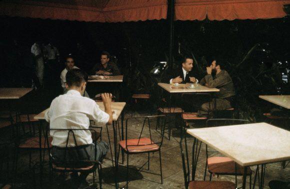 Fidel en una pizzeria de La Habana haciendo negociaciones con el embajador de Suiza en Cuba Emil Stadelhofer, 1965. Foto: Lee Lockwood