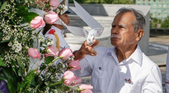 Oscar López Rivera, luchador independentista de Puerto Rico, rinde tributo al Héroe Nacional de Cuba José Martí, en el Memorial que lleva su nombre, en La Habana. Foto: Abel Padrón Padilla. / ACN