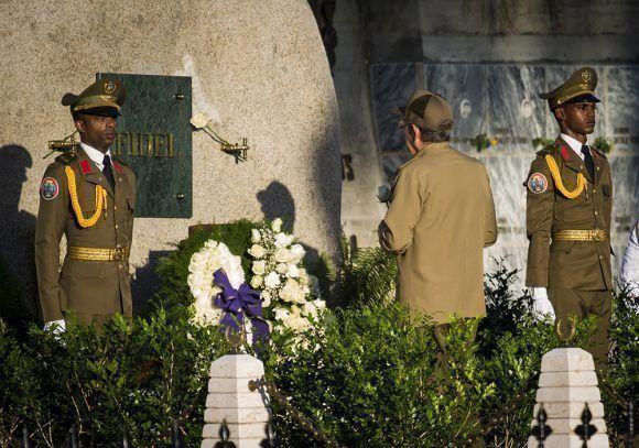 Raúl rinde honores a Fidel en Santa Ifigenia. Foto: Irene Pérez/ Cubadebate.