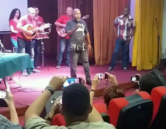 El poeta Alexis Díaz-Pimienta canta en homenaje al Punto Cubano en el teatro Abelardo Estorino, en el Ministerio de Cultura. Foto: Captura de pantalla/ Cubadebate/ Youtube.