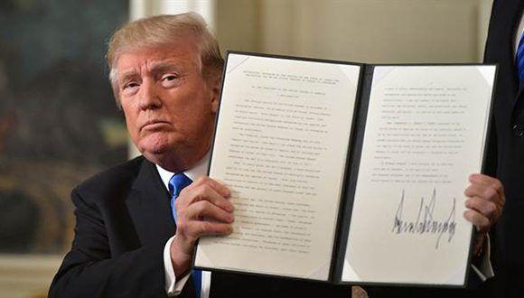 El presidente de EEUU, Donald Trump, sostiene un memorándum firmado después de pronunciar una declaración sobre Jerusalén en la Sala de Recepción Diplomática de la Casa Blanca en Washington. Foto: Mandel Ngan /AFP
