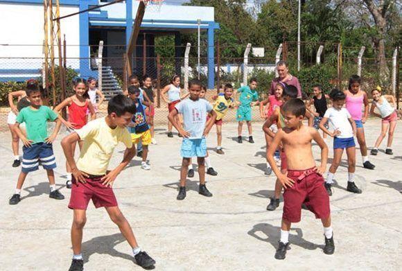 Niños cubanos en un turno de Educación Física. Foto: Radio Ciudad Habana.